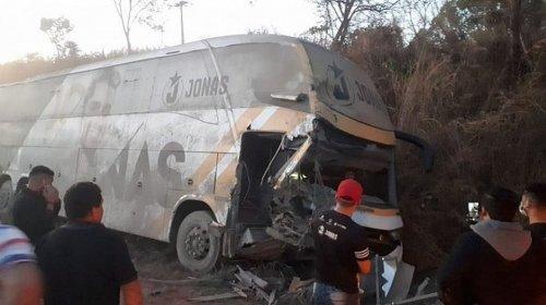 [Ônibus do cantor Jonas Esticado sofre acidente e três pessoas ficam feridas]