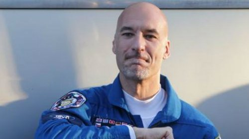 [No espaço, astronauta italiano vira DJ e agita multidão]