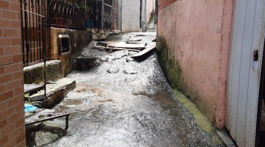 [Denúncia: Moradores de Pernambués pedem manutenção do esgoto e limpeza do canal pluvial]
