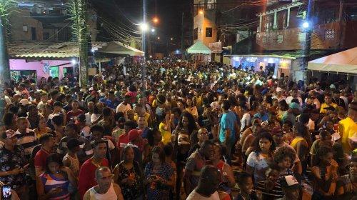 [Banda Afro Olodum agita multidão em Pernambués]