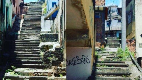 [Denúncia: Moradores pedem reforma em escadarias no bairro de Pernambués]