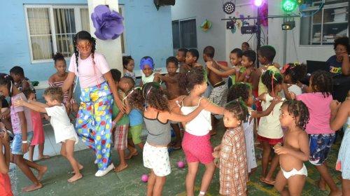 [Cerca de 100 crianças se divertem com bailinho em centro de acolhimento]