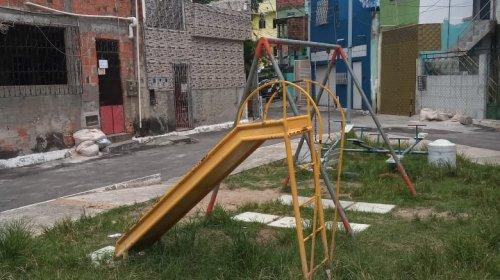[Lazer em perigo: Veja situação de abandono da Praça Rua Ibiporã, em Vila Ruy Barbosa]