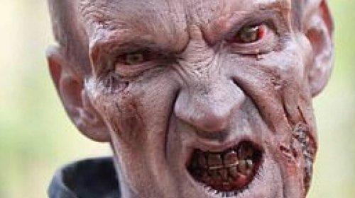 [Ator que viveu zumbi em Walking Dead é preso por agredir e morder fã]