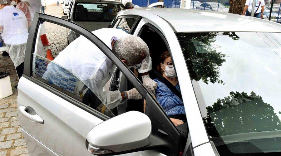 [Para evitar filas, vacinação contra gripe via drive-thru é feita em quatro pontos da cidade]