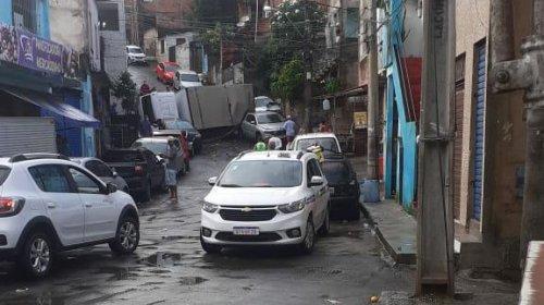 [Durante o acidente, o veículo de grande porte atingiu quatro carros]