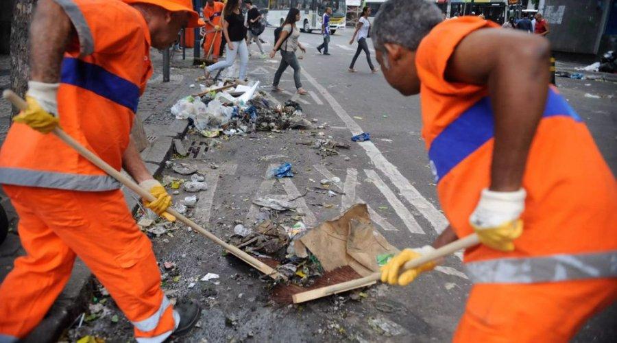 """[Descarte irregular de lixo cortante continua causando acidentes em trabalhadores de limpeza urbana: """"A consciência é a melhor solução""""]"""