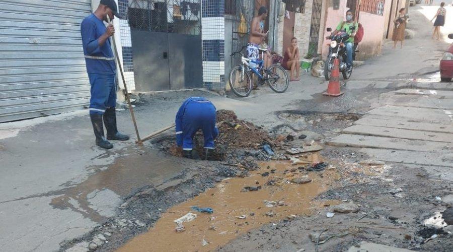 [Embasa realiza serviço de reparo em rua de Pernambués ]