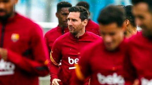 [Após polêmica sobre saída, Messi treina pela 1ª vez com o grupo no Barcelona]