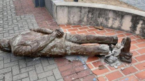 [Recife: estátua de Ariano Suassuna é alvo de vandalismo]