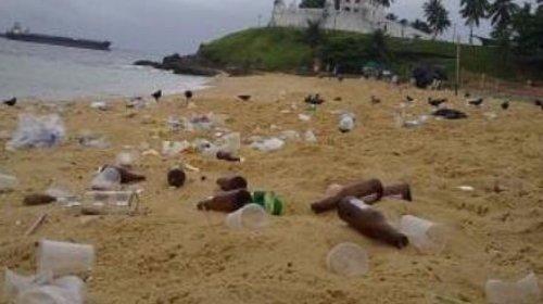 [Após aglomeração, praia na Cidade Baixa fica coberta por lixo]