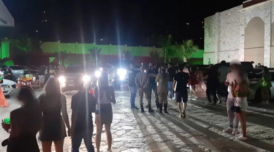 [Filho mais novo de Bolsonaro participou de festa de luxo clandestina em Goiânia; o local contava com cerca de mil pessoas]