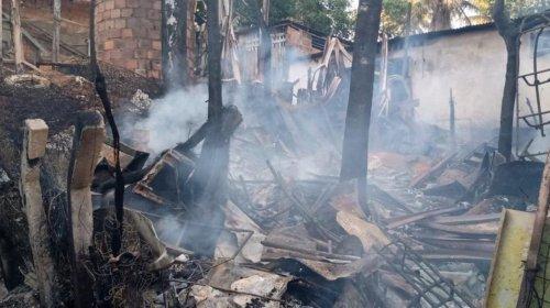 [Incêndio destrói imóvel no bairro de Nova Brasília de Valéria, em Salvador; não houve feridos]