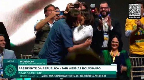 [Bolsonaro beija Michelle em evento para provar que não é gay]