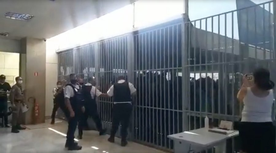 [Bolsonaristas tentam invadir Ministério da Saúde em Brasília; veja vídeo]