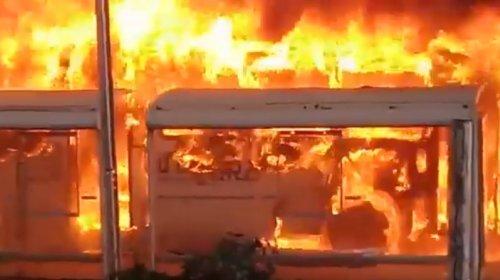[Veja vídeo: Ônibus pega fogo e deixa trânsito lento na Avenida Paralela]