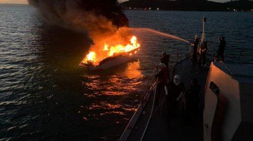 [Veja vídeo: lancha pega fogo próximo à Ilha de Maré]