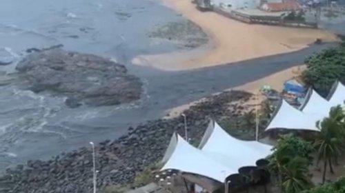 [Veja vídeo: esgoto transborda e invade mar no Rio Vermelho]