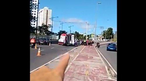 [Veja vídeo: acidente entre carro e moto deixa ferido no Cabula; vítima seria ex-jogador do Bahia]