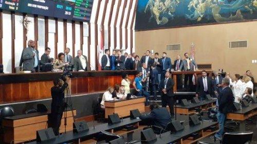 [Veja vídeo: Sindicalistas invadem a ALBA durante votação da PEC da Previdencia e jogam ovos em deputados ]