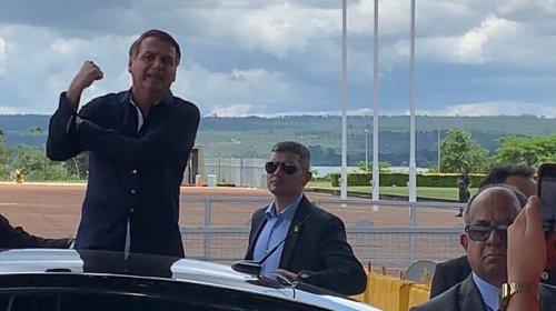[Veja vídeo: Bolsonaro volta a dar 'banana' para imprensa e diz que Michelle merece elogio]