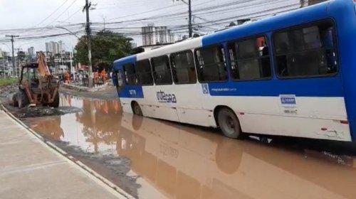 [Veja vídeo: ônibus fica preso em buraco na região da Sete Portas]