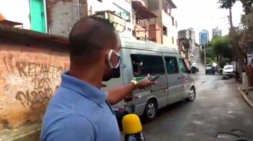 [Denúncia: moradores de outras localidades são flagrados recebendo cestas básicas destinadas ao bairro da Santa Cruz]