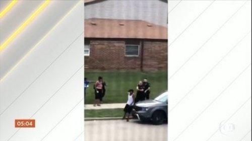 [Veja vídeo: homem negro é baleado diversas vezes por policiais na frente dos filhos nos EUA]