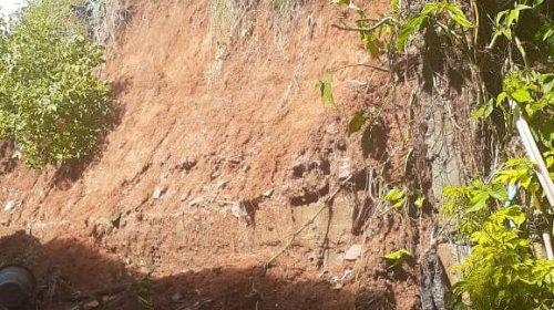 [Veja vídeo: Deslizamento de terra em Pernambués põe em risco Vila de moradores]